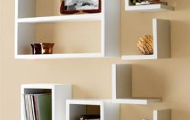 Kệ gỗ để sách và đồ lưu niệm