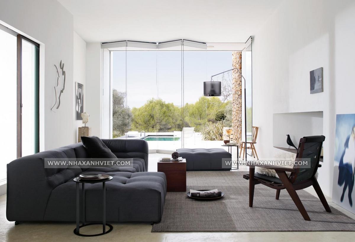 Sofa màu tối và ghế gỗ